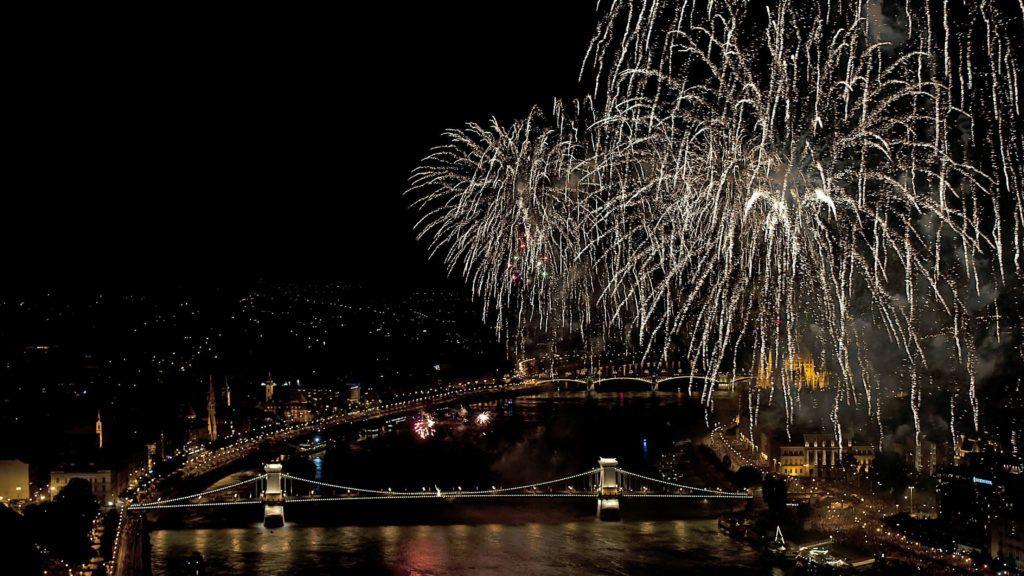 Budapest, 2013. augusztus 20. Ünnepi tûzijáték a Duna felett 2013. augusztus 20-án. MTI Fotó: Lakatos Péter
