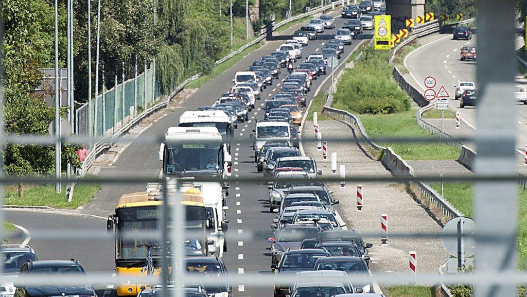 Törökbálint, 2014. augusztus 9. Torlódás az M7-es autópályán Törökbálint közelében 2014. augusztus 9-én. Az autópálya Balaton felé vezetõ oldalán, a 15-ös kilométerszelvénynél három személyautó ütközött össze. A baleset négy sérültjét a mentõk kórházba vitték. Az autópályán több kilométeres torlódás alakult ki. MTI Fotó: Lakatos Péter