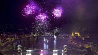 Budapest, 2017. augusztus 20. Ünnepi tûzijáték a Duna felett, a Lánchíd és a Margit híd közötti szakaszon 2017. augusztus 20-án, a nemzeti ünnepen. MTI Fotó: Lakatos Péter
