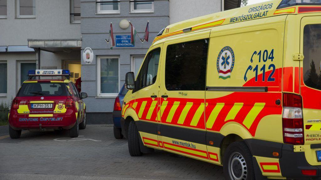 Gyál, 2018. május 26. Mentõautó a gyáli rendõrkapitányság elõtt 2018. május 26-án. A Pest megyei kisvárosban, a Vecsési úton két személyautó és egy terepjáró ütközött egymással. Az ütközést követõen verekedés tört ki és feltehetõen gumilövedékes riasztófegyverbõl lövések is eldördültek. A helyszínen ketten megsérültek. MTI Fotó: Lakatos Péter