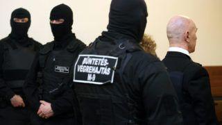 Budapest, 2010. február 23.A büntetés-végrehajtás kommandósai állnak a Fővárosi Bíróság tárgyalótermében a golyóálló mellényt viselő Jozef Rohác (j) mellett, aki a vád szerint 1997-ben ismeretlen társaival megkísérelte felrobbantani Seres Zoltán vállalkozót. A Fővárosi Főügyészség előre kitervelten elkövetett emberölés kísérletével és robbanóanyaggal vagy robbantószerrel való visszaéléssel vádolja Rohácot, aki tagadta bűnösségét, de vallomást nem kívánt tenni.MTI Fotó: Mohai Balázs