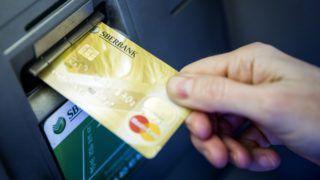 Budapest, 2014. március 25. Egy ügyfél bankkártyát helyez a pénzkiadó automatába (ATM) a Sberbank központi bankfiókjában Budapesten, a Rákóczi úton 2014. március 25-én. MTI Fotó: Mohai Balázs