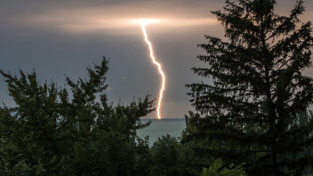 Révfülöp, 2017. augusztus 6. Villámlás a Balaton fölött Révfülöprõl fotózva 2017. augusztus 6-án. MTI Fotó: Mohai Balázs