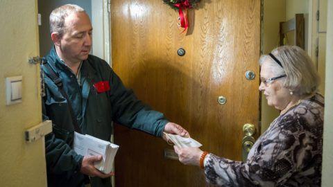 Budapest, 2017. december 7. Erzsébet-utalványt kézbesít egy postás egy XIII. kerületi nyugdíjas lakosnak Budapesten 2017. december 7-én. MTI Fotó: Mohai Balázs
