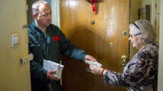 Budapest, 2017. december 7.Erzsébet-utalványt kézbesít egy postás egy XIII. kerületi nyugdíjas lakosnak Budapesten 2017. december 7-én.MTI Fotó: Mohai Balázs