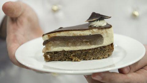 Budapest, 2018. július 31.Sztaracsek Ádám, a Jánoska Cukrászda cukrásza által készített, Magyarország tortájának választott Komáromi kisleány elnevezésű torta egy szelete az augusztus 20-i ünnepi rendezvények szervezőinek sajtótájékoztatóján az Országház Vadásztermében 2018. július 31-én. A torta mézes-diós tészta alapú, van benne körte, csokoládé, vaníliás krém, fahéj és gyömbér.MTI Fotó: Mohai Balázs
