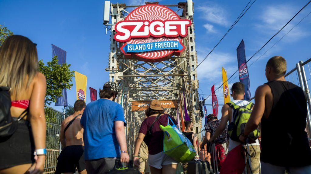 Budapest, 2018. augusztus 8. A 26. Sziget fesztiválra tartó látogatók mennek az óbudai Hajógyári-szigetre a K-hídon 2018. augusztus 8-án. Az idén augusztus 8. és 15. között rendezik meg az egyhetes fesztivált. MTI Fotó: Mohai Balázs