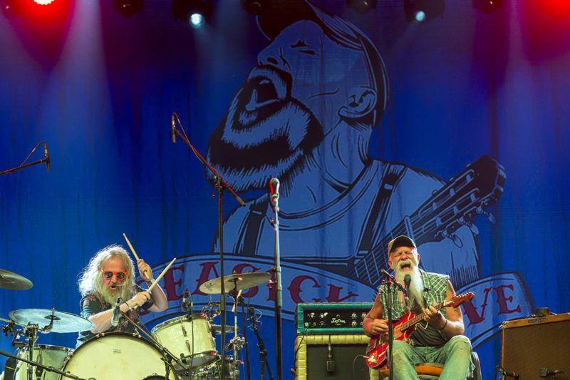 Budapest, 2018. augusztus 10.Seasick Steve (Steven Gene Wold) amerikai blueszenész (j) ad koncertet a 26. Sziget fesztivál második napján az óbudai Hajógyári-szigeten 2018. augusztus 9-én. Balról Dan Magnusson dobos.MTI Fotó: Mohai Balázs
