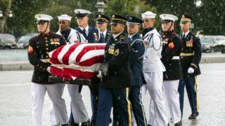 Washington, 2018. augusztus 31. John McCain arizonai szenátor, volt republikánus amerikai elnökjelölt kporsóját viszik a díszõrség tagjai az amerikai parlament washingtoni épületébe 2018. augusztus 31-én. McCain augusztus 25-én, 81 éves korában halt meg agydaganatban. (MTI/EPA/Jim Lo Scalzo)