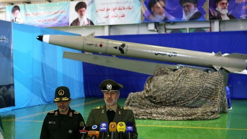 Teherán, 2018. augusztus 13. Az iráni védelmi minisztérium által közreadott képen Amír Hatami iráni védelmi miniszter beszél az új típusú, rövid hatótávolságú ballisztikus rakéta teheráni bemutatóján 2018. augusztus 13-án. A Fateh Mubinként azonosított rakéta, amely teljes mértékben iráni gyártású, képes szárazföldi és tengeri célpontok megsemmisítésére. (MTI/EPA/Iráni védelmi minisztérium)