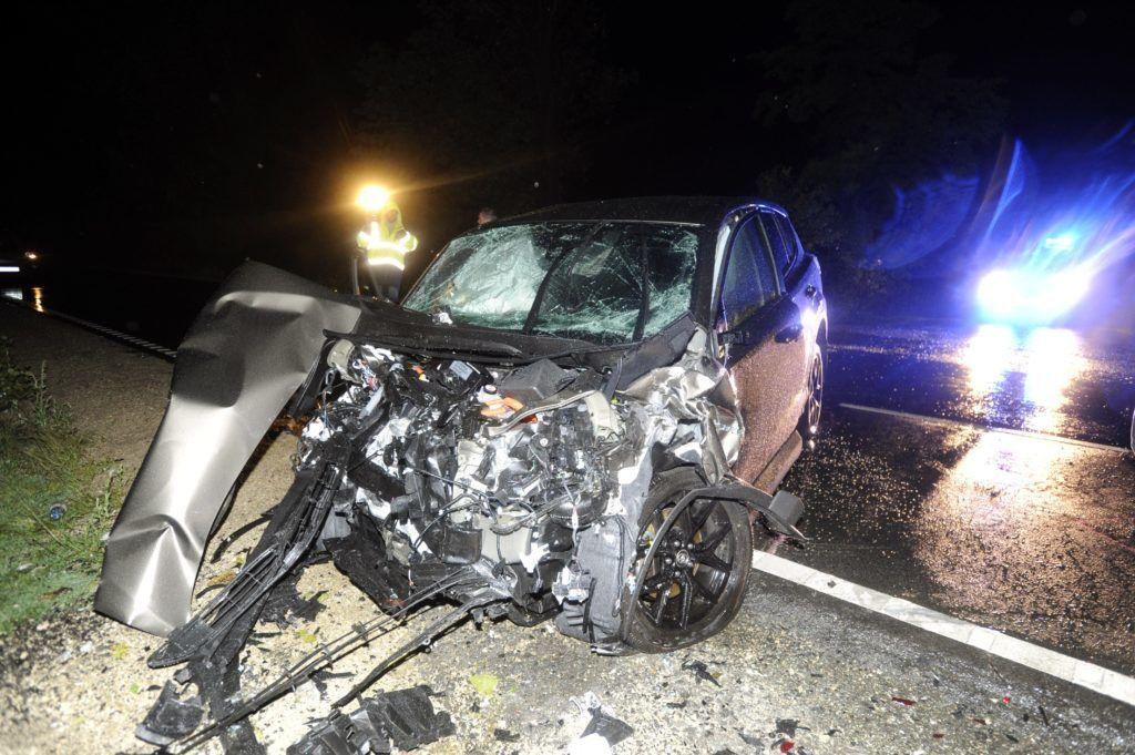 Magyaralmás, 2018. augusztus 11. Összeroncsolódott személyautó 2018. augusztus 11-én virradó éjjel a 81-es f?út 15-ös kilométerszelvényében, Magyaralmás térségében, ahol három autó összeütközött. A balesetben az egyik gépkocsiban utazó három ember meghalt, további hét ember megsérült. MTI Fotó: Mihádák Zoltán