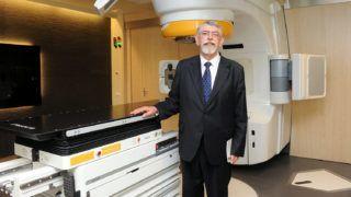 Pécs, 2011. május 30.Kásler Miklós, az Országos Onkológiai Intézet főigazgatója áll a Novalis Tx készülék átadásán, a Pécsi Tudományegyetem Klinikai Központjának Onkoterápiás Intézetében. A több mint egymilliárd forint értékű sugárterápiás berendezés a világon elérhető legkorszerűbb technológiát képviseli.MTI Fotó: Kálmándy Ferenc