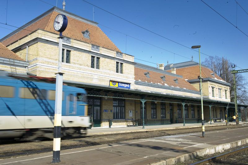 Szeged, 2011. március 9.Egy vonat halad a szegedi Nagyállomás épülete előtt. A Pfaff Ferenc tervei alapján 1902-ben készült pályaudvar műemléképületét 2006-ban újították fel. Stratégiai együttműködési megállapodást kötött a vasúti építészeti értékek megőrzése érdekében a Magyar Államvasutak (MÁV) Zrt. és a Kulturális Örökségvédelmi Hivatal (KÖH). A két fél vállalja többek között a még lappangó építészeti emlékek közös felkutatását, a műemlékké nyilvánítások ütemezésének egyeztetését, valamint a vasúttörténeti emlékek népszerűsítésében való együttműködést.MTI Fotó: Rosta Tibor
