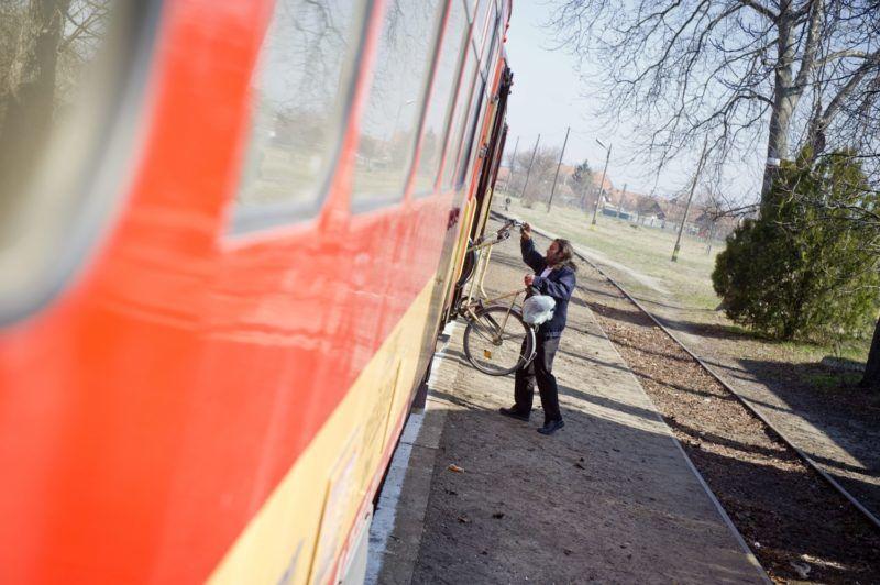 Nagylak, 2012. március 22. Ágya Zsolt vezetõ jegyvizsgáló egy kerékpárt segít feltenni a vonatszerelvényre a nagylaki vasútállomáson. A MÁV 2012 áprilisától a Mezõhegyes-Újszeged vonalon járatcsökkentést, 12 járat megszûütetését tervezi. MTI Fotó: Rosta Tibor