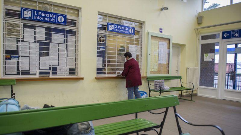 Gyomaendrőd, 2013. május 22.Egy utas gyorsvonati pótjegyet vásárol a gyomaendrődi vasútállomáson 2013. május 22-én. A MÁV május közepétől gyorsvonati felárat vezetett be egyes gyors- és sebesvonatokon. Az érintett járatokra kötelező lesz pótjegyet váltani.MTI Fotó: Rosta Tibor