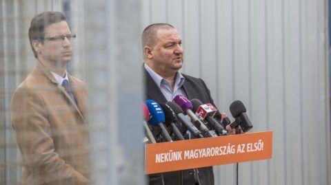 Röszke, 2018. március 26. Gulyás Gergely, a Fidesz parlamenti frakcióvezetõje (b) és Németh Szilárd, az Országgyûlés honvédelmi és rendészeti bizottságának fideszes elnöke sajtótájékoztatót tart a röszkei tranzitzónában tett látogatásukat követõen 2018. március 26-án.  MTI Fotó: Rosta Tibor