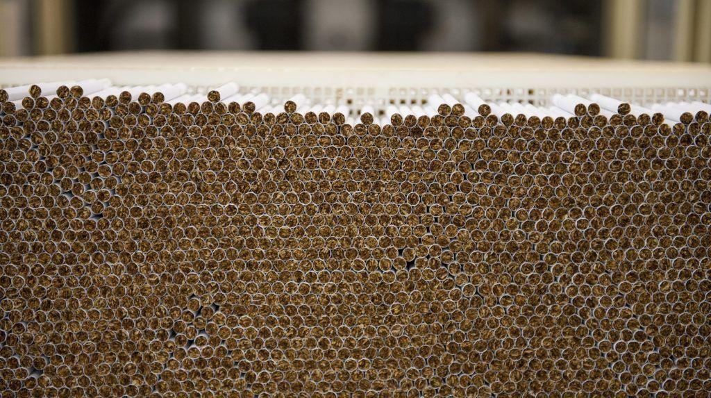 Pécs, 2014. február 3. Elkészült cigaretták a British American Tobacco (BAT) pécsi dohánygyárában 2014. február 3-án. Mintegy kilencmilliárd forintos beruházással új gyárat hoz létre a BAT Pécsi Dohánygyár Kft. MTI Fotó: Sóki Tamás