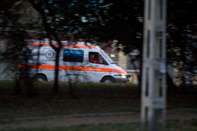 Budapest, 2008. október 3. A mentõ elhagyja a Frankel Leó utcát, ahol egy órán át próbálták újraéleszteni sikertelenül Albert Györgyi újságírót, aki egy taxiban lett rosszul, miután kilépett egy cukrászdából. MTI Fotó: Szigetváry Zsolt
