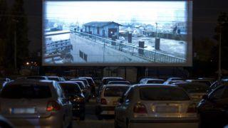 Budapest, 2011. július 30. Autójukból a mozielõadást nézõk 2011. július 30-án a Fõvárosi Autósmoziban, a Fõvárosi Autópiac területén, ahol Budapest egyetlen szabadtéri mozija 2007-tõl újra mûködik. Filmjeit két darab hagyományos mozigép váltva vetíti. A filmek kópia formában, több tekercsben érkeznek a gépházba, elõkészítésüket és a vetítést szakképzett mozigépész végzi. A film hangját autóik rádióján foghatják a nézõk, valamint kültéri hangszórók is üzemelnek. MTI Fotó: Szigetváry Zsolt