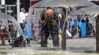 Budapest, 2015. augusztus 7.Szökőkút a Blaha Lujza téren 2015. augusztus 7-én. Az országos tisztifőorvos hőségriadót rendelt el augusztus 7-től.MTI Fotó: Szigetváry Zsolt