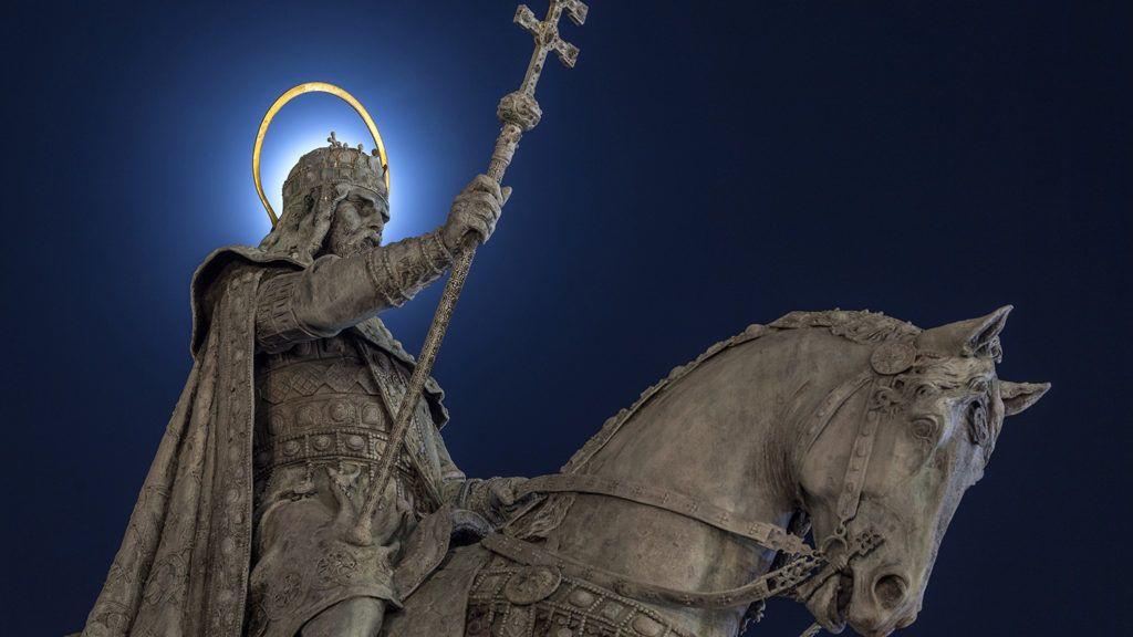 Budapest, 2017. december 5.Szent István lovas szobra takarja ki a Holdat a Halászbástya előtt 2017. november 28-án.MTI Fotó: Szigetváry Zsolt