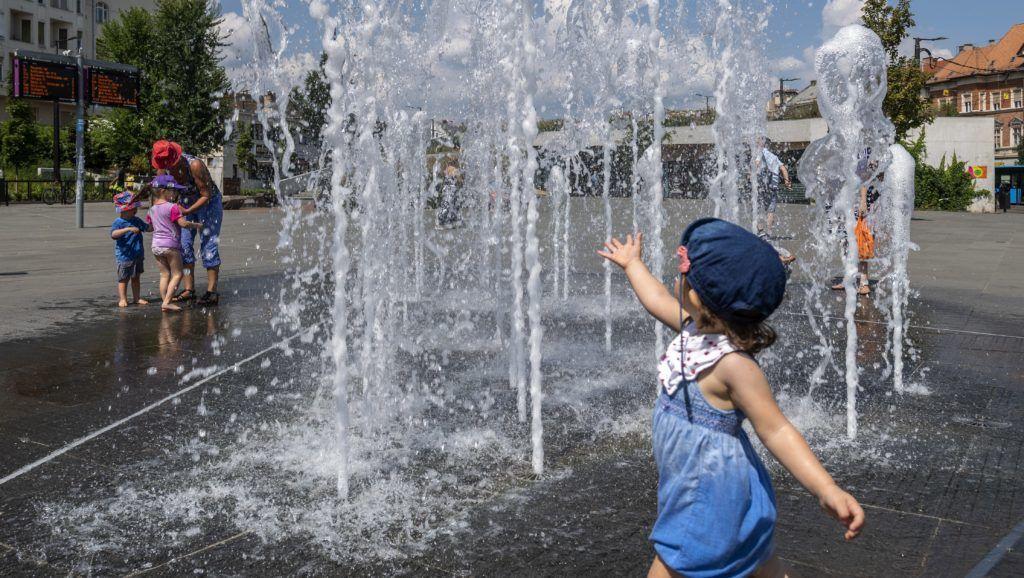 Budapest, 2018. július 30. A szökõkút közelében felfrissülést keresõk a Széll Kálmán téren 2018. július 30-án. A rendkívüli és tartós hõség miatt országosan életbe lépett a hõségriadó, a vörös kód. A napi középhõmérséklet helyenként a 27 Celsius-fokot is meghaladhatja, a legmagasabb hõmérséklet 35 Celsius-fok is lehet. MTI Fotó: Szigetváry Zsolt