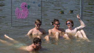 Budapest, 2018. augusztus 8. Fiatalok az óbudai Hajógyári-szigetnél kialakított dunai strandon a 26. Sziget fesztivál elsõ napján, 2018. augusztus 8-án. MTI Fotó: Szigetváry Zsolt
