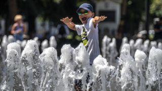 Budapest, 2018. augusztus 9. Szökõkútban játszó gyerek a fõvárosi Szabadság téren 2018. augusztus 9-én. A tartós hõség miatt erre a napra már csaknem az egész országra másodfokú figyelmeztetést adott ki az Országos Meteorológiai Szolgálat, mivel a napi középhõmérséklet 27 fok felett alakulhat. MTI Fotó: Szigetváry Zsolt