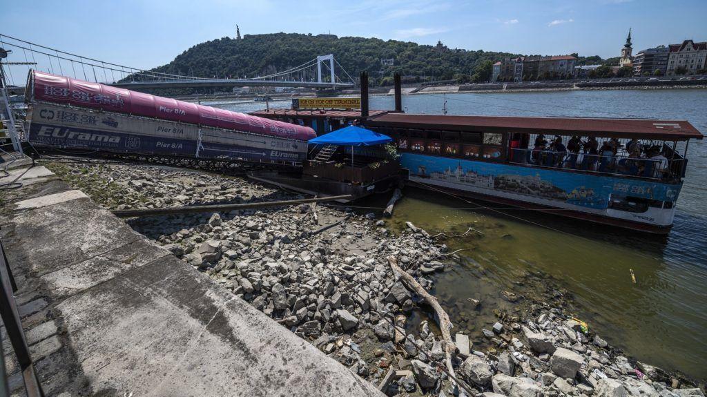 Budapest, 2018. augusztus 9. A Duna alacsony vízállása miatt megfeneklett pontonhíd a pesti alsó rakpartnál 2018. augusztus 9-én. A tartós hõség miatt erre a napra már csaknem az egész országra másodfokú figyelmeztetés adott ki az Országos Meteorológiai Szolgálat, mivel a napi középhõmérséklet 27 fok felett alakulhat. MTI Fotó: Szigetváry Zsolt