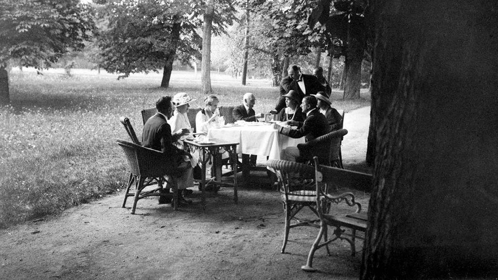 -Horthy Miklós (j) kormányzó kerti reggelin családja és barátai körében. A pincér szivart kínál a férfi vendégnek.MTI Fotó: Reprodukció