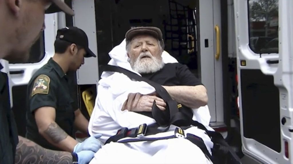 New York, 2018. augusztus 21.2018. augusztus 20-i videofelvételről készített képen hordágyon viszik Jakiw Palijt New Yorkban. Az Egyesült Államok egy 2004-ben született rendelet nyomán őrizetbe vette, majd Németországba deportálta a 95 éves Palijt, aki egykor fegyveres őrként szolgált a trawniki koncentrációs táborban. A férfi 1949-ben az Egyesült Államokba települt, ahol 1957-ben állampolgárságot is kapott. A jelentések szerint Palij az amerikai bevándorlási hivatal előtt eltitkolta náci múltját, és azt hazudta, hogy a második világháború idején mezőgazdasági és gyári munkásként dolgozott. (MTI/AP/ABC)