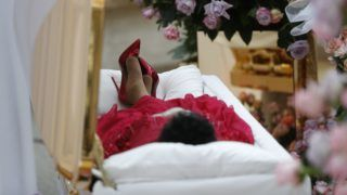 Detroit, 2018. augusztus 28. Aretha Franklin amerikai soulénekesnõ a koporsójában a detroiti Charles H. Wright Múzeumban tartott búcsúztatásán 2018. augusztus 28-án. A tizennyolcszoros Grammy-díjas énekesnõ augusztus 16-án, 76 éves korában elhunyt. (MTI/AP pool/Paul Sancya)