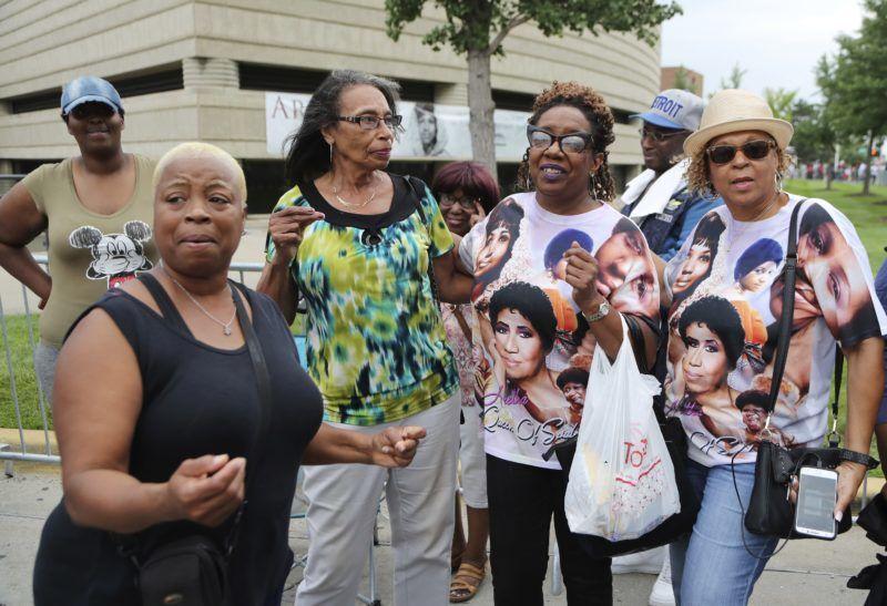 Detroit, 2018. augusztus 28. Gyászolók érkeznek Aretha Franklin amerikai soulénekesnõ búcsúztatására a detroiti Charles H. Wright Múzeumba 2018. augusztus 28-án. A tizennyolcszoros Grammy-díjas énekesnõ augusztus 16-án, 76 éves korában elhunyt. (MTI/AP/Carlos Osorio)