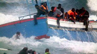 Pantelleria, 2011. április 13. Illegális afrikai bevándorlókat mentenek ki a tengerbõl az olasz parti õrség búvárai az olaszországi Pantelleriában. Az olasz hatóságok szerint két nõ megfulladt, amikor a 250 gazdasági menekültet szállító hajójuk eltévedt zátonyra futott Pantelleria olasz sziget partjai elõtt. (MTI/EPA/Olasz parti õrség/Francesco Malavolta)