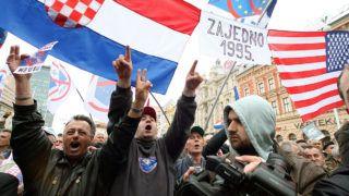 Zágráb, 2011. április 16.A háborús bűnökkel vádolt Ante Gotovina nyugalmazott horvát tábornok támogatói és háborús veteránok tüntetnek a zágrábi Jelasics téren a Gotovina, és tábornoktársai, Ivan Cermak és Mladen Markac perében hozott ítélet kihirdetése utáni napon. Az egykori Jugoszlávia területén elkövetett háborús bűnöket vizsgáló hágai Nemzetközi Törvényszék 24 évi börtönre ítélte Gotovinát, 18 évre Mladan Markacot, a különleges rendőri erők parancsnokát, és felmentette a harmadik vádlottat, Ivan Cermakot, a knini katonai egységek volt parancsnokát. A horvátok nemzeti hősnek tekintik Gotovinát, amiért 1995-ben négy év után felszabadította a szerbek által megszállt horvát területeket. Knin horvátországi várost a szerb-horvát háborúban a szerbek elfoglalták és az általuk kikiáltott Szerb Krajinai Köztársaság fővárosává tették meg, horvát lakosainak többségét pedig lemészárolták. A szerb agressziónak legalább 80 ezer áldozata volt és több százezren menekültek el. A Gotovina vezette Vihar hadművelet során Knin visszafoglalásakor több százezer szerb menekült el a korábban általuk megszállt területről. (MTI/EPA/Antonio Bat)