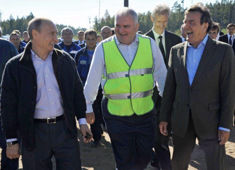 Portovaja-öböl, 2011. szeptember 6. Vlagyimir PUTYIN orosz miniszterelnök (b) és Gerhard SCHRÖDER volt német kancellár, az Északi Áramlat részvényesi tanácsának elnöke (j) megy az oroszországi Szentpétervártól mintegy 170 km-re északnyugatra húzódó Portovaja-öbölben, Viborg közelében mûködõ kompresszorállomáson, amint ünnepélyesen elindítják a gázt az Oroszországból Ukrajna és Lengyelország megkerülésével a Balti-tenger alatt Németországba földgázt szállító új, Északi Áramlat nevû vezetéken. (MTI/EPA/RIA Novosztyi/Alekszej Nyikolszkij)