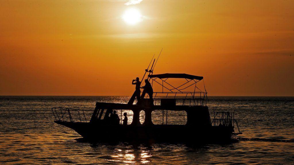Rovinj, 2015. május 20. Halászhajó az Adrián naplementekor a horvátországi Rovinjban 2015. május 19-én. (MTI/EPA/Antonio Bat)