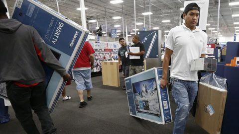 Mesquite, 2016. november 25Vevők a Texas állambeli Mesquite Best Buy áruházában 2016. november 24-én, a hálaadás napján. Az Egyesült Államokban a hálaadás ünnepe utáni nap, az úgynevezett fekete péntek volt sokáig a karácsony előtti bevásárlási időszak hagyományos nyitánya, ám az utóbbi években az üzletek már az ünnepnapon is kinyitnak. (MTI/EPA/Larry W. Smith)