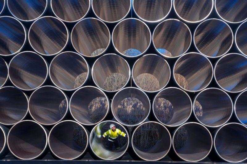 Sassnitz-Mukran, 2016. december 6. Egy munkás az Északi Áramlat (Nord Stream) földgázvezeték új, 1200 kilométer hosszú vezetékpárjának megépítéséhez szükséges elemek egyikében az északkelet-németországi Sassnitz-Mukran kikötõjében 2016. december 6-án. A földgázvezeték új vezetékpárjának megépítésérõl 2015 júniusában írt alá szándéknyilatkozatot a szentpétervári gazdasági fórumon az E.On, a Shell, és az ÖMV olajvállaltok, valamint a Gazprom orosz állami gázipari monopólium képviselõi. Az évi 55  milliárd köbméteres gázszállítási kapacitásra tervezett vezeték lefektetése a tervek szerint 2017-ben kezdõdik meg. (MTI/EPA/Jens Büttner)
