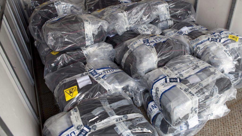 Új-Dél-Wales állam, 2017. február 6. Az Ausztrál Szövetségi Rendõrség, az AFP által 2017. február 6-án közreadott, dátummegjelölés nélküli kép kokaint tartalmazó csomagokról egy teherautó rakterében. Az 1,4 tonna kábítószert egy yachton foglalták le Új-Dél-Wales szövetségi állam vizein, a rekordmennyiségû szállítmány értékét 312 millió ausztrál dollárra (mintegy 68 milliárd forint) becsülik. (MTI/EPA/AAP/AFP)