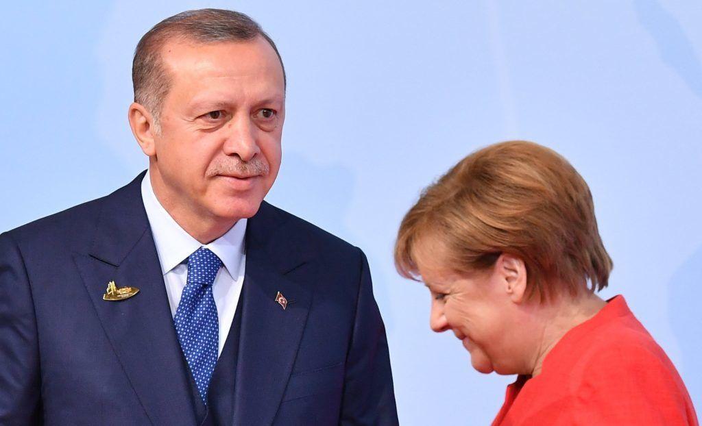 Hamburg, 2017. július 7. Angela Merkel német kancellár fogadja Recep Tayyip Erdogan török elnököt, aki a világ 19 legfejlettebb gazdaságú és vezetõ feltörekvõ országát, valamint az Európai Uniót tömörítõ húszas csoport, a G20 hamburgi csúcstalálkozójára érkezik 2017. július 7-én. (MTI/EPA/Lukas Barth)