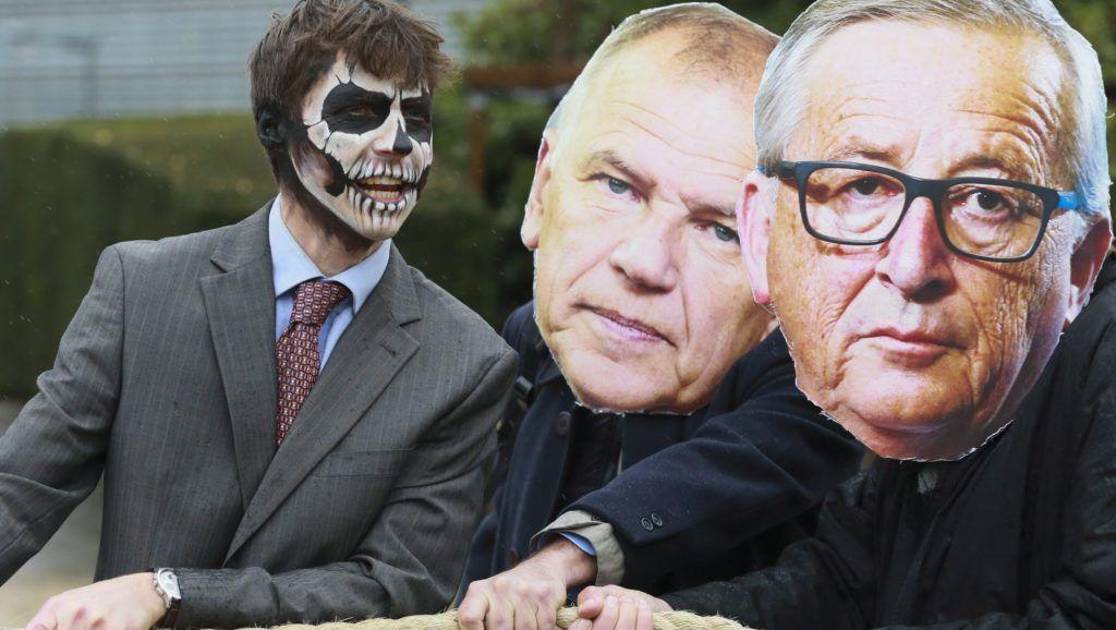 Brüsszel, 2017. november 27. Jean-Claude Junckert, az Európai Bizottság elnökét (j) és Vytenis Andriukaitist, a bizottság egészségügyért és élelmiszerbiztonságért felelõs tagját ábrázoló álarcot viselõ aktivisták és más tüntetõk kötélhúzást játszanak el a feltehetõleg rákkeltõ glifozátot tartalmazó növényvédõ szerek és az azokat gyártó amerikai cég, a Monsanto elleni tiltakozás közben az Európai Bizottság brüsszeli épülete elõtt 2017. november 27-én. Az Európai Unió illetékesei hosszas halogatás után ezen a napon ismét tárgyalnak a glifozát tartalmú szerek használati engedélyének ötéves  meghosszabbításáról. (MTI/EPA/Olivier Hoslet)