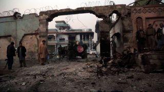 Dzsalalábád, 2018. január 24.Az afgán biztonsági szolgálat tagjai a Save the Children nemzetközi segélyszervezet dzsalalábádi  irodájánál 2018. január 24-én, miután fegyveresek megtámadták az épületet. A terrorcselekményben négy ember meghalt, 14-en megsebesültek. A merénylet elkövetőjeként az Iszlám Állam terrorszervezet jelentkezett. (MTI/EPA/Gulamulláh Habibi)