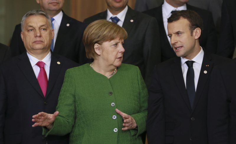 Brüsszel, 2018. február 23. Orbán Viktor miniszterelnök (b), Angela Merkel német kancellár és Emmanuel Macron francia elnök az Európai Unió és a Száhel-övezet országainak brüsszeli adományozói értekezletén 2018. február 23-án. (MTI/EPA/Stephanie Lecocq)