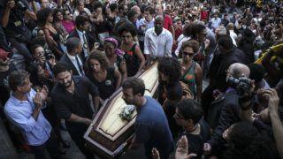 Rio de Janeiro, 2018. március 16. A gyilkosság áldozatául esett Marielle Franco brazil ügyvédet és emberjogvédõt búcsúztatják Rio de Janeiróban 2018. március 15-én. (MTI/EPA/Antonio Lacerda)