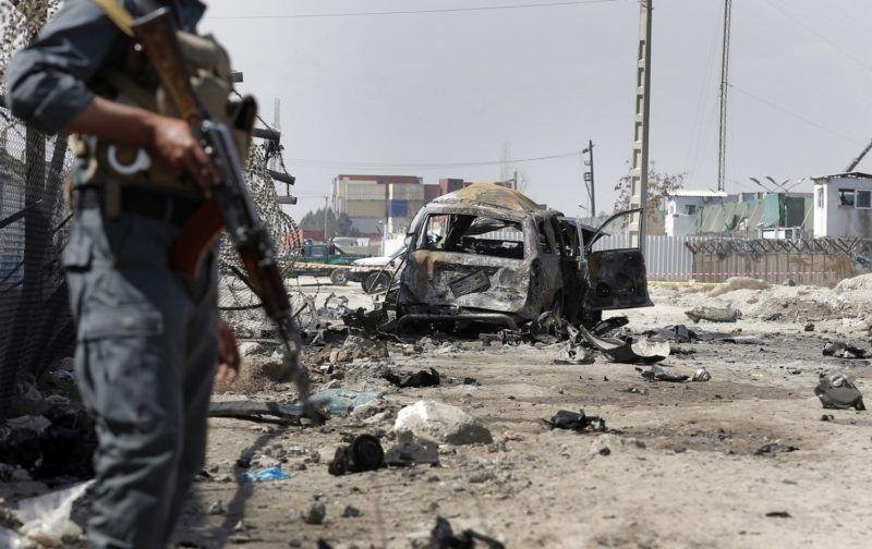 Kabul, 2018. március 17. Afgán rendfenntartó biztosítja egy öngyilkos pokolgépes merénylet helyszínét a fõváros, Kabul keleti részén, ahol legkevesebb hárman meghaltak és négyen megsérültek 2018. március 17-én. A robbantás elkövetõjeként a tálibok egyik szervezete jelentkezett, bevallásuk szerint egy külföldi konvojt akartak felrobbantani. (MTI/EPA/Hedajatullah Amid)