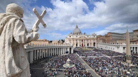 Vatikánváros, 2018. április 1. Hívek hallgatják Ferenc pápa húsvétvasárnapi miséjét a római Szent Péter téren 2018. április 1-én. (MTI/EPA/Alessandro Di Meo)
