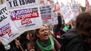Buenos Aires, 2018. június 13. Tüntetõk követelik a terhességmegszakítás legalizálását Buenos Airesben 2018. június 13-án. Az abortusz Argentínában csak a nemi erõszak vagy a nõk egészségét veszélyeztetõ esetekben engedélyezett. A képviselõház vitát indított az abortuszról szóló törvényjavaslatról, amely engedélyezné a terhesség megszakítását az elsõ 14 hétben. (MTI/EPA/David Fernandez)