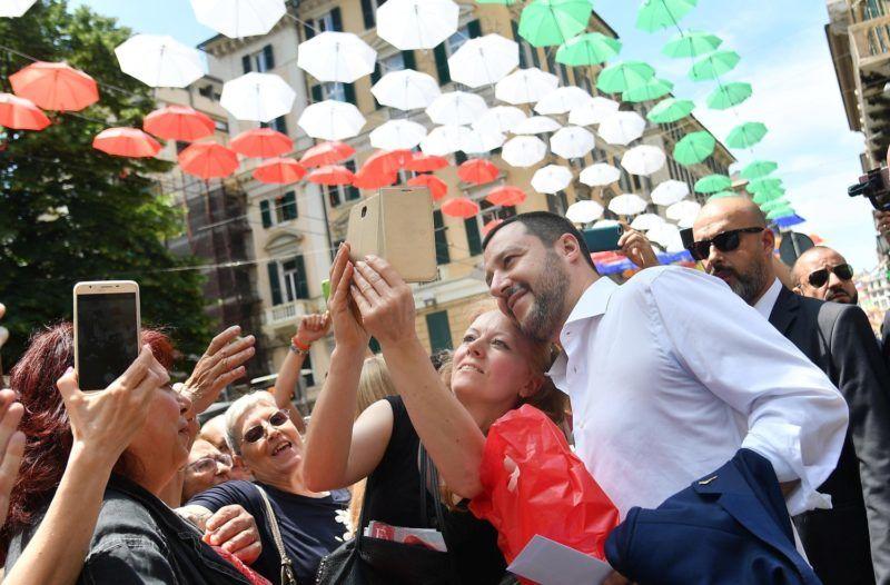 Genova, 2018. június 15. Matteo Salvini olasz belügyminiszter támogatóival Genovában 2018. június 15-én. A városban tartott sajtóértekezletén Salvini az olasz és a francia kormány között az illegális bevándorlók ügyében kialakult vitáról beszélt. (MTI/EPA/Luca Zennaro)