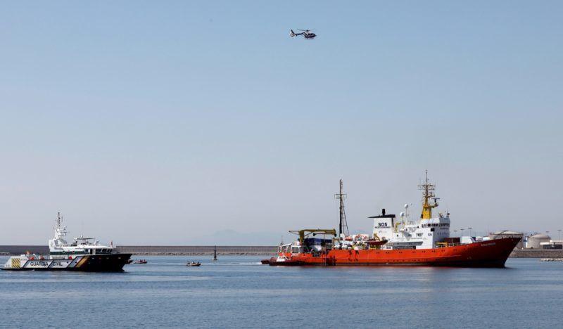 Valencia, 2018. június 17. Az SOS Méditerranée és az Orvosok Határok Nélkül nevû nem kormányzati szervezetek által fenntartott Aquarius hajó 106 illegális bevándorlóval a fedélzetén  befut a spanyolországi Valencia kikötõjébe 2018. június 17-én. Az Aqarius 629 migránst vett a fedélzetére Líbia partjai elõtt, hogy Olaszországba szállítsa õket, de az olasz, majd a máltai hatóságok is lezárták elõtte kikötõiket, a spanyol kormány viszont hajlandó volt beengedni a hajót. Biztonsági okokból a többi migránst olasz hajók szállítják Valenciába. (MTI/EPA/Juan Carlos Cardenas)